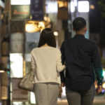 夜に2人で歩く男女