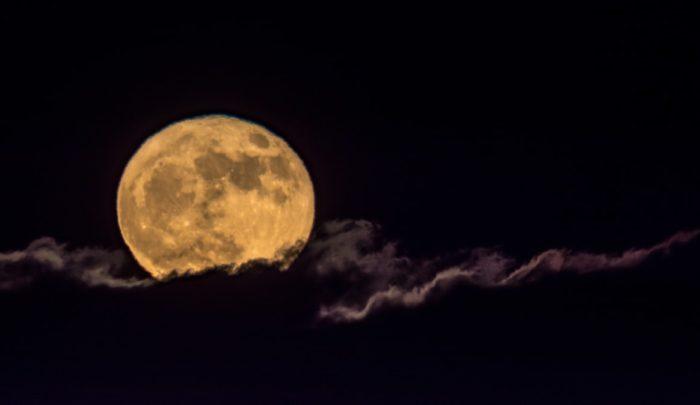 夜デートをイメージさせる満月