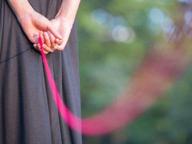 赤い糸で結ばれる女性