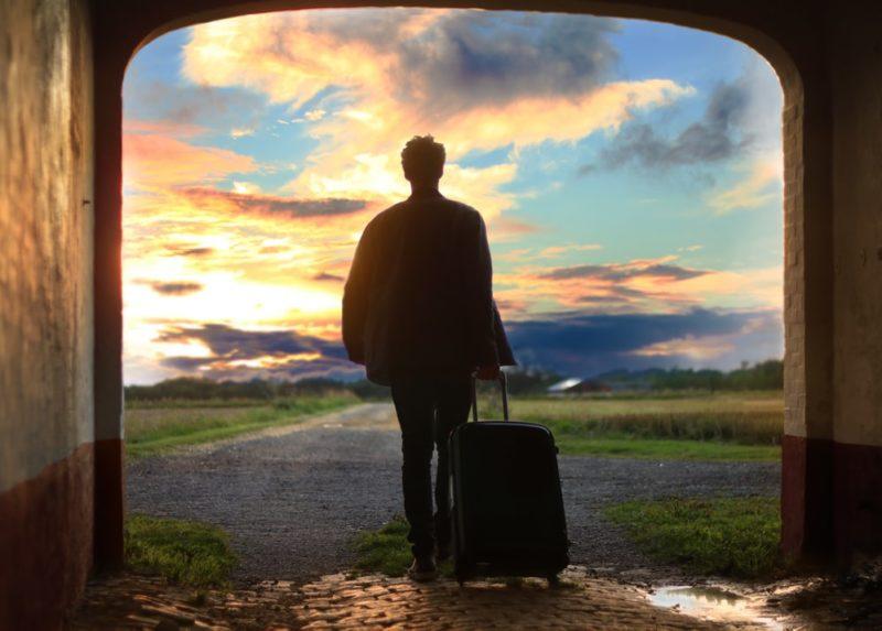 旅立つ男性
