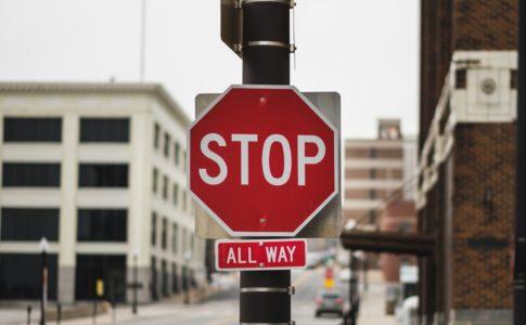 止まれの標識